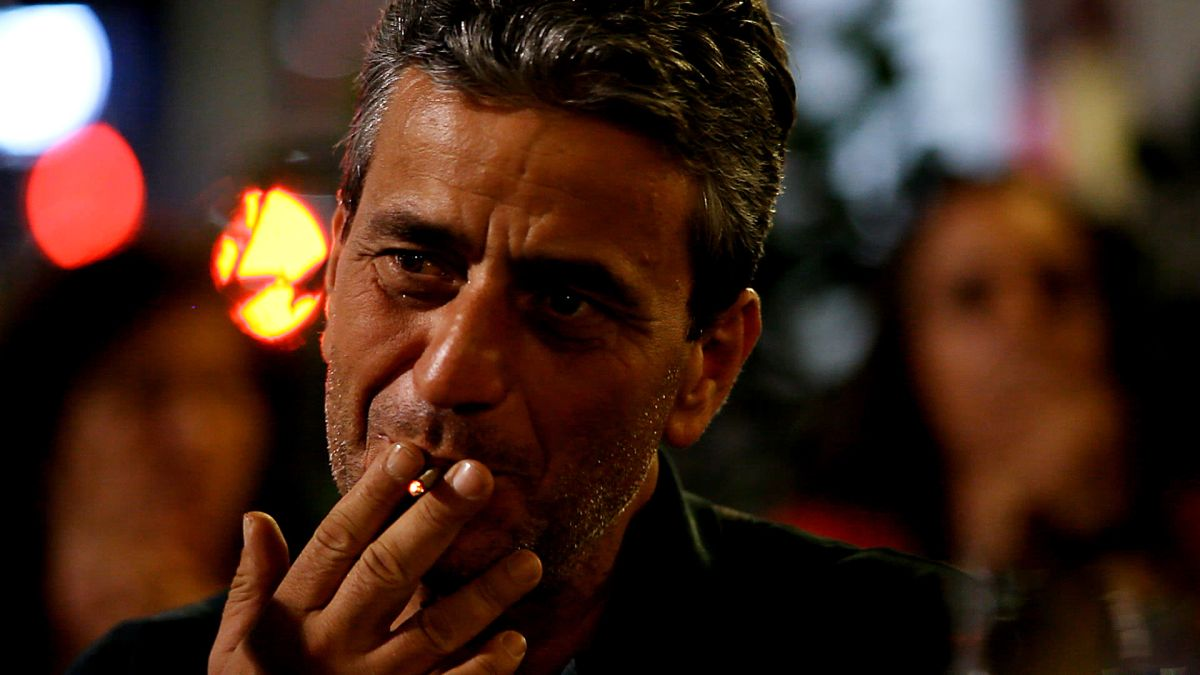 Let's Go: Luca Musella, ex-fotoreporter ora esodato, in una scena del documentario a lui dedicato