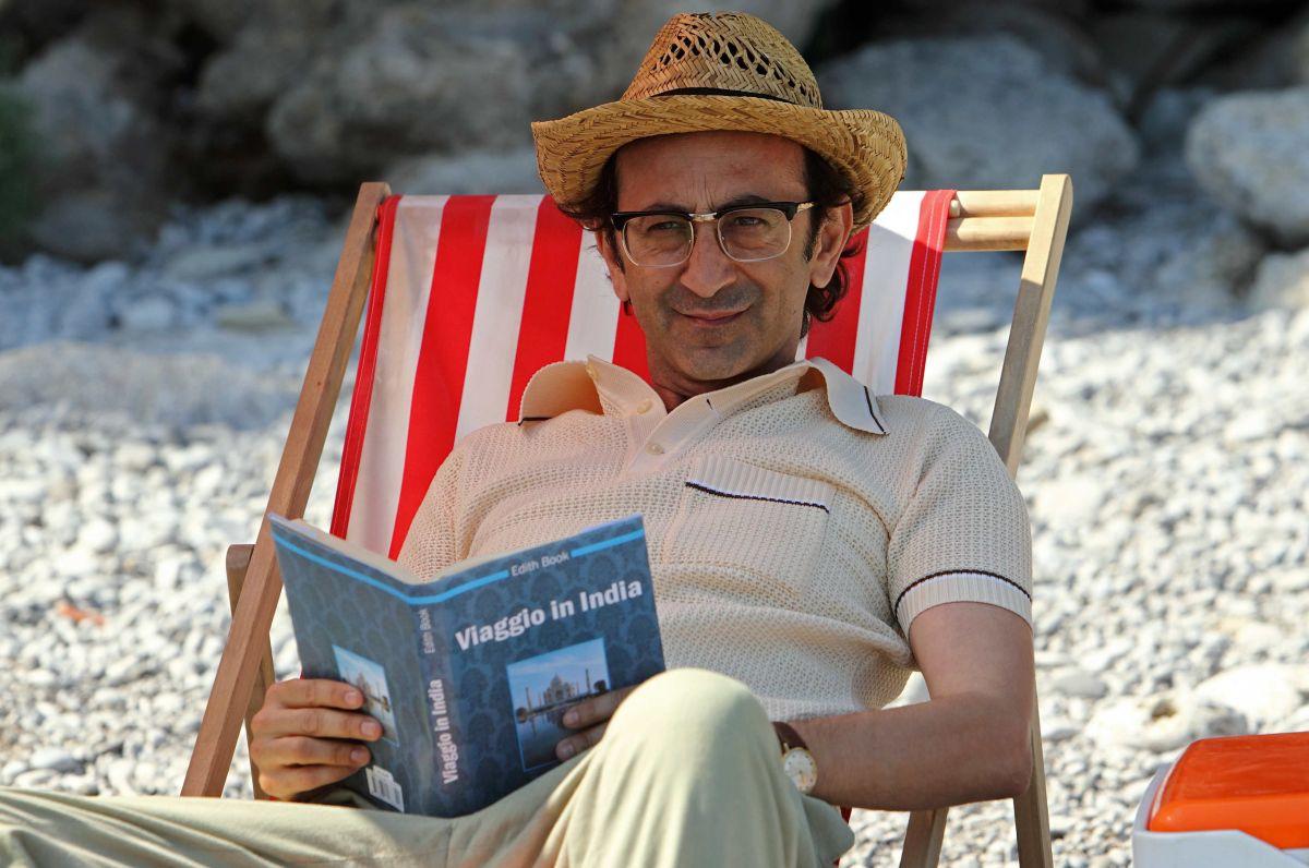 Si accettano miracoli: Giovanni Esposito sorride in una scena del film