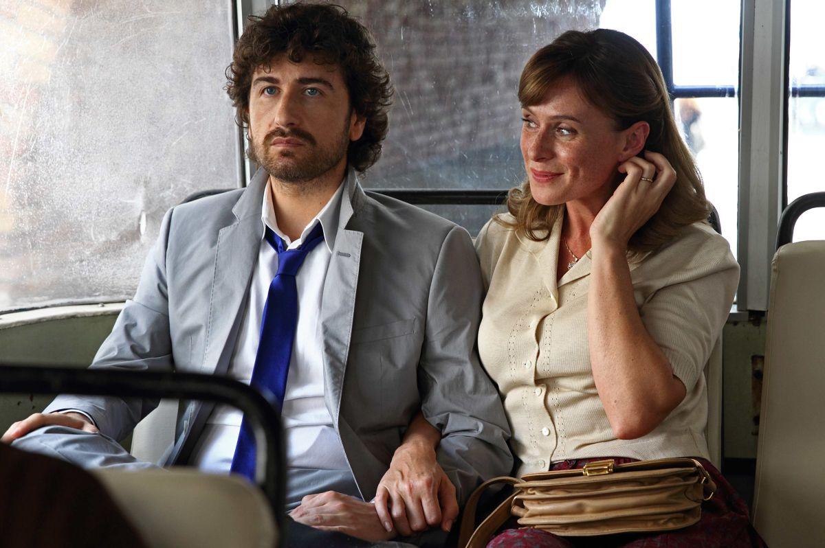 Si accettano miracoli: Alessandro Siani insieme a Serena Autieri in una scena del film