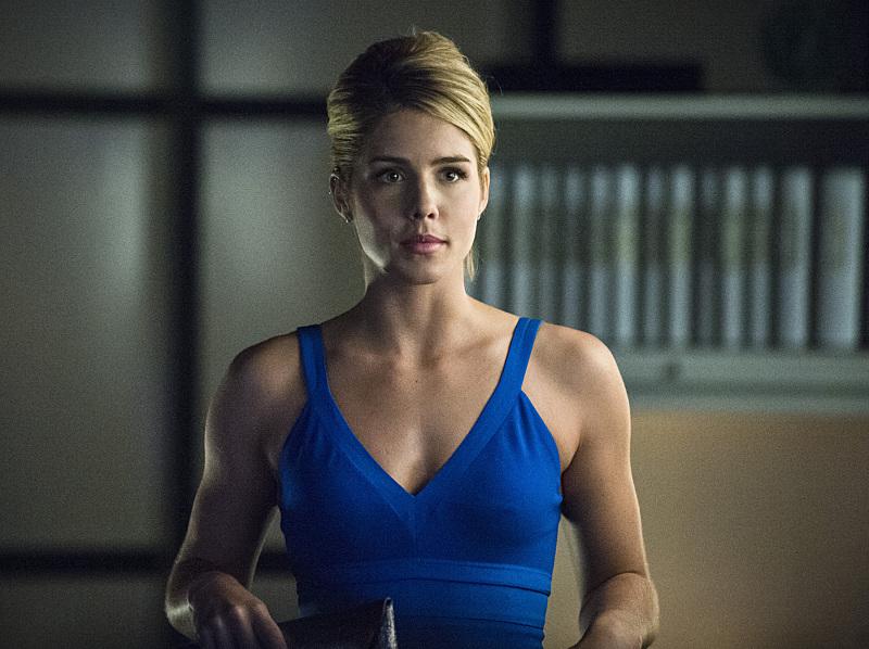 Arrow: Emily Bett Rickards, interprete di Felicity, in una scena dell'episodio Draw Back Your Bow