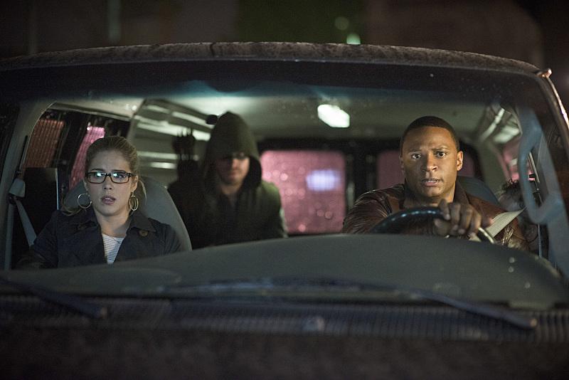 Arrow: Emily Bett Rickards, Stephen Amell e David Ramsey in Draw Back Your Bow