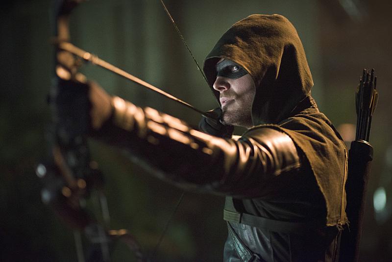 Arrow: Stephen Amell in una scena di Draw Back Your Bow