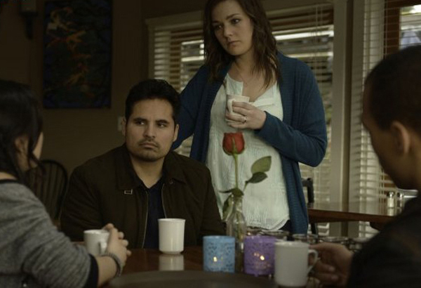 Gracepoint: Michael Peña e Virginia Kull in una scena dell'ottavo episodio