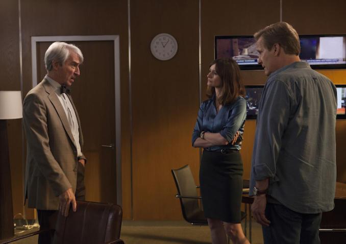The Newsroom: Sam Waterston, Emily Mortimer e Jeff Daniels in una scena dell'episodio Contempt