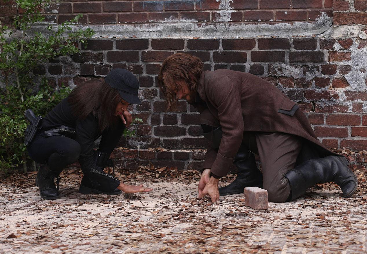 Sleepy Hollow: Nicole Beharie e Tom Mison nella puntata intitolata Magnum Opus