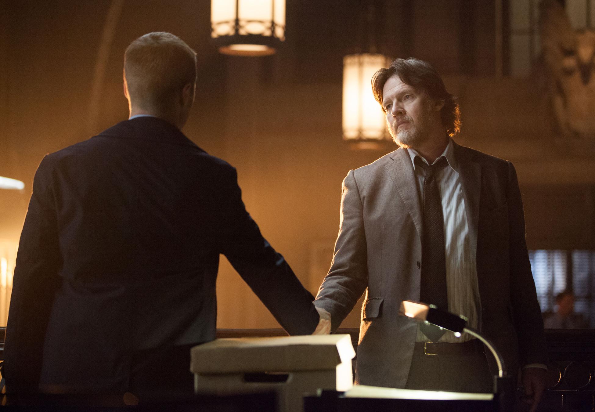 Gotham: gli attori Ben McKenzie e Donal Logue in una scena dell'episodio LoveCraft