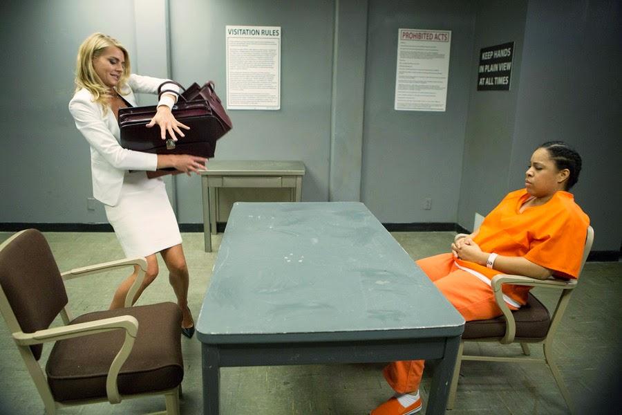 Benched: una scena della prima stagione con Eliza Coupe