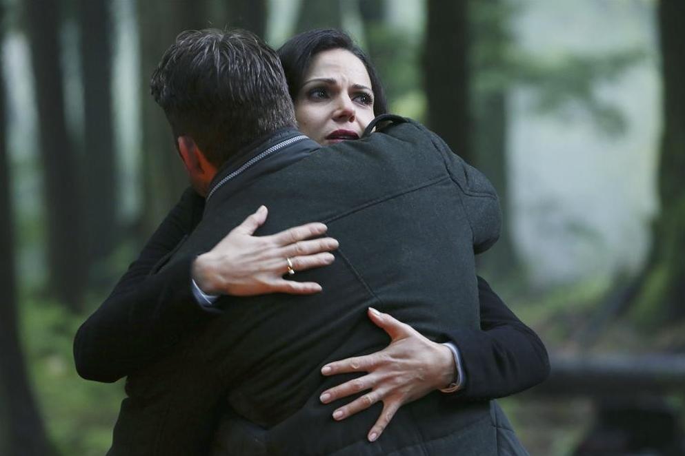 C'era una volta: Lana Parrilla abbraccia Sean Maguire in una scena dell'episodio Fall