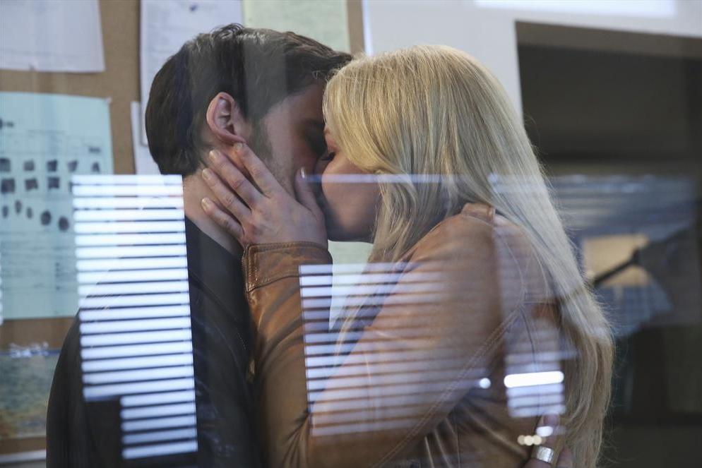 C'era una volta: Colin O'Donoghue e Jennifer Morrison interpretano una scena dell'episodio Fall