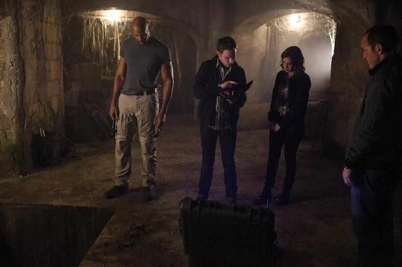 Agents of S.H.I.E.L.D.: B.J. Britt, Iain De Caestecker, Elizabeth Henstridge e Clark Gregg in Ye Who Enter Here