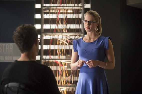 The Flash: Tom Cavanagh ed Emily Bett Rickards nella puntata Flash vs. Arrow