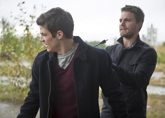 The Flash: Grant Gustin e Stephen Amell interpretano una scena di Flash vs. Arrow