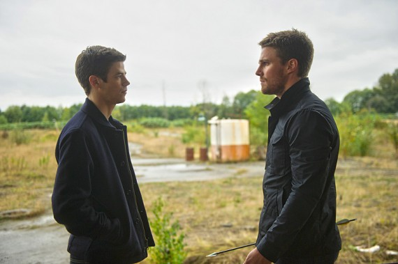 The Flash: Grant Gustin e Stephen Amell nella puntata intitolata Flash vs. Arrow