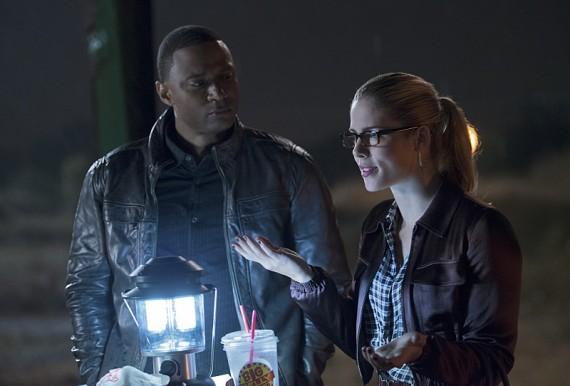 The Flash: David Ramsey ed Emily Bett Rickards in una scena della puntata Flash vs. Arrow