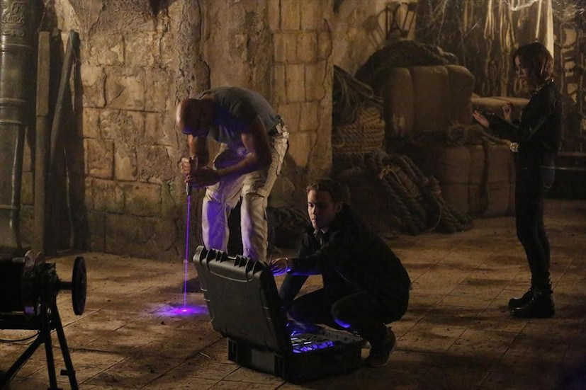 Agents of S.H.I.E.L.D.: B.J. Britt, Iain De Caestecker ed Elizabeth Henstridge in Ye Who Enter Here
