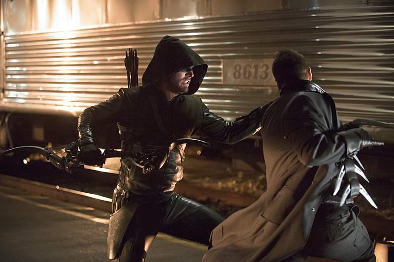 Arrow: l'attore Stephen Amell in una scena di The Brave and the Bold