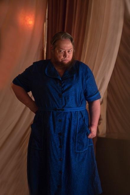 American Horror Story Freak Show: l'attrice Kathy Bates in una scena dell'episodio intitolato Blood Bath