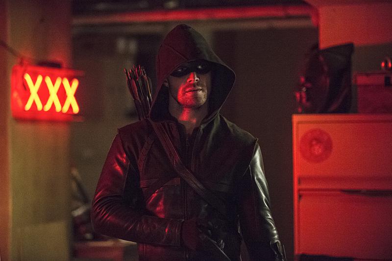 Arrow: Stephen Amell interpreta Oliver Queen nella puntata The Brave and the Bold