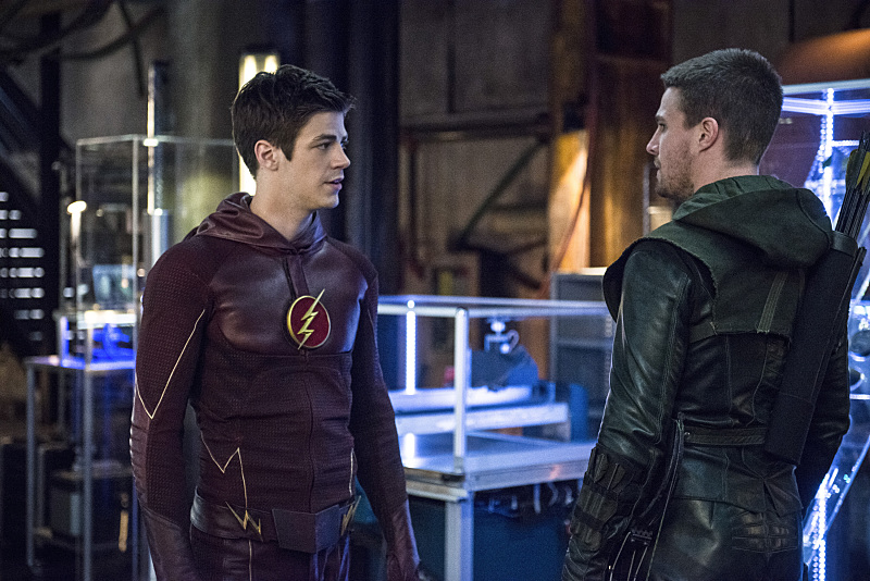 Arrow: Grant Gustin e Stephen Amell in The Brave and the Bold