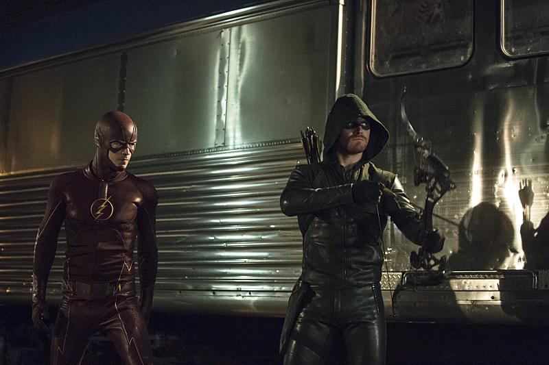 Arrow: Grant Gustin e Stephen Amell nella puntata intitolata The Brave and the Bold