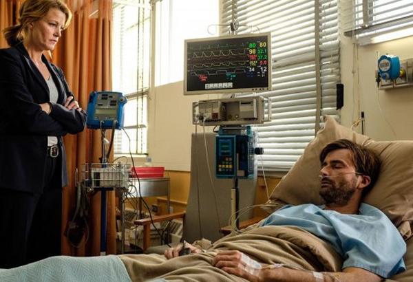 Gracepoint: i protagonisti Anna Gunn e David Tennant in una scena del nono episodio