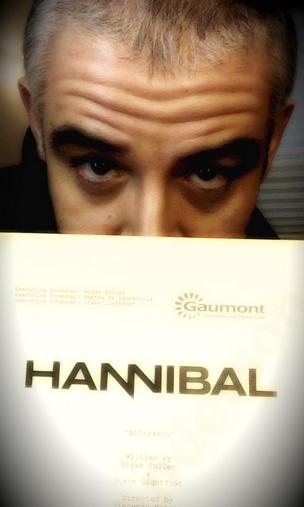 Hannibal, terza stagione - Fortunato Cerlino con il copione del primo episodio della terza stagione!