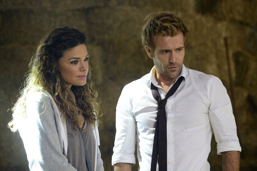 Constantine: Angélica Celaya e Matt Ryan in una scena dell'episodio Blessed Are The Damned