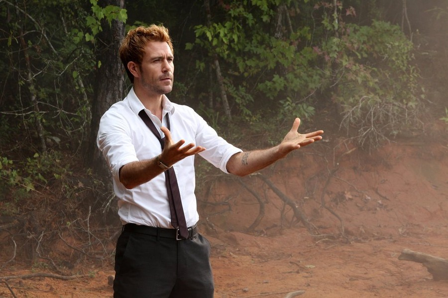 Constantine: Matt Ryan in un scena dell'episodio Blessed Are The Damned