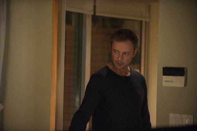 Intruders: John Simm in una scena della serie