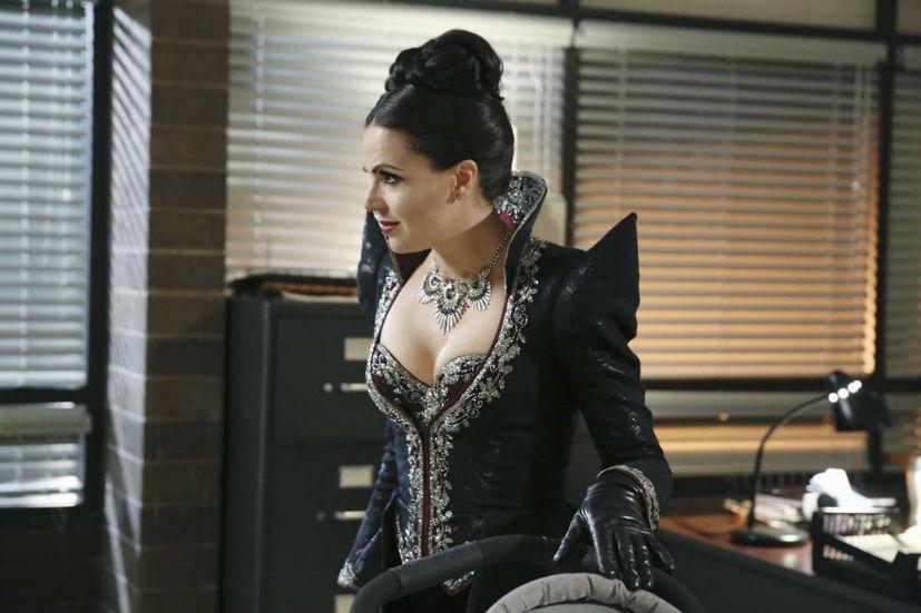 C'era una volta: Lana Parrilla interpreta Regina in Shattered Sight