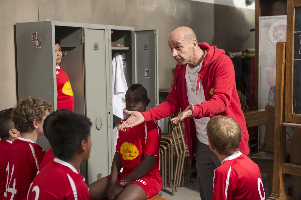 Il ricco, il povero e il maggiordomo: Aldo Baglio nei panni dell'allenatore di calcio in una scena del film