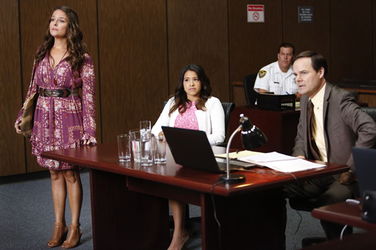 Jane the Virgin: Yara Martinez, Gina Rodriguez e Kevin Ashworth in Chapter Eight