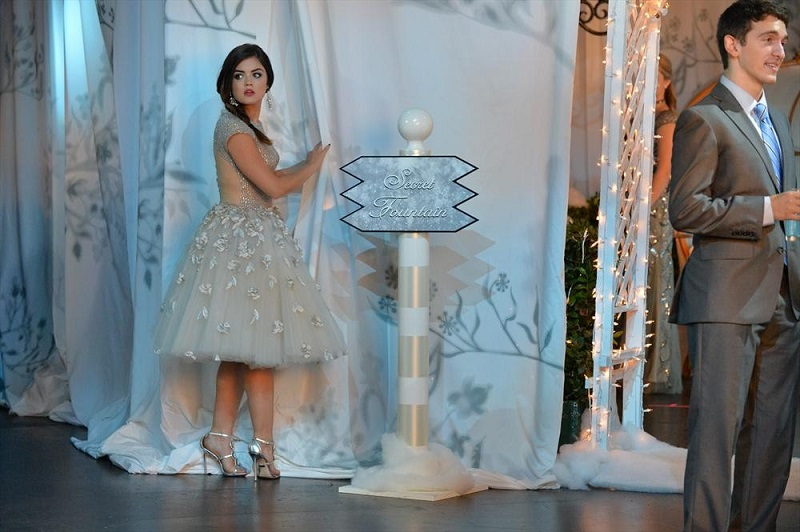 Pretty Little Liars: Lucy Hale interpreta Aria in How the 'A' Stole Christmas