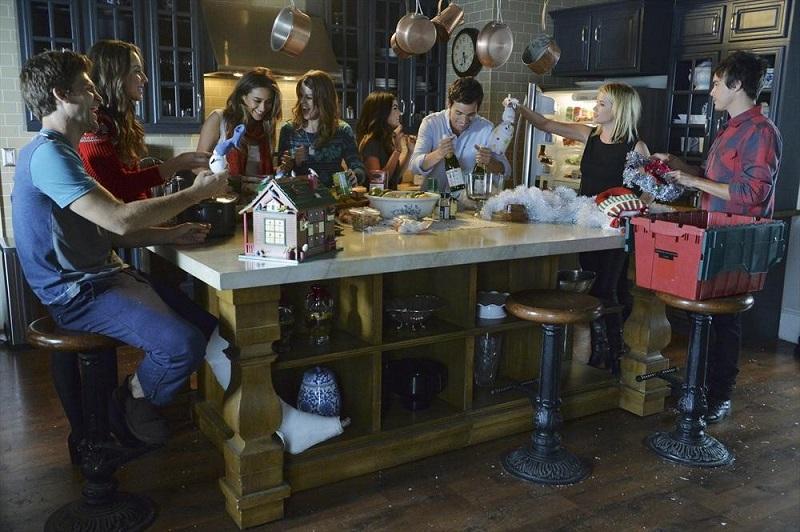 Pretty Little Liars: Keegan Allen, Troian Bellisario, Shay Mitchell, Lindsey Shaw, Lucy Hale, Ian Harding, Ashley Benson e Tyler Blackburn in How the 'A' Stole Christmas