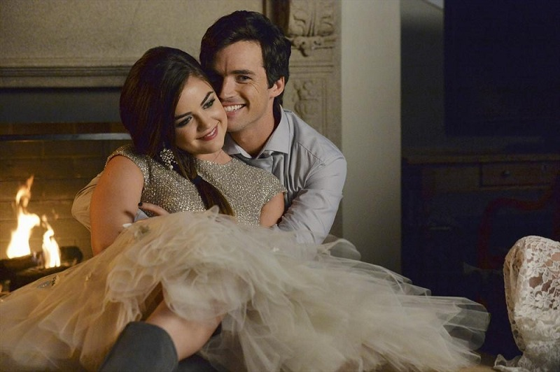 Pretty Little Liars: Lucy Hale e Ian Harding in una scena della puntata How the 'A' Stole Christmas