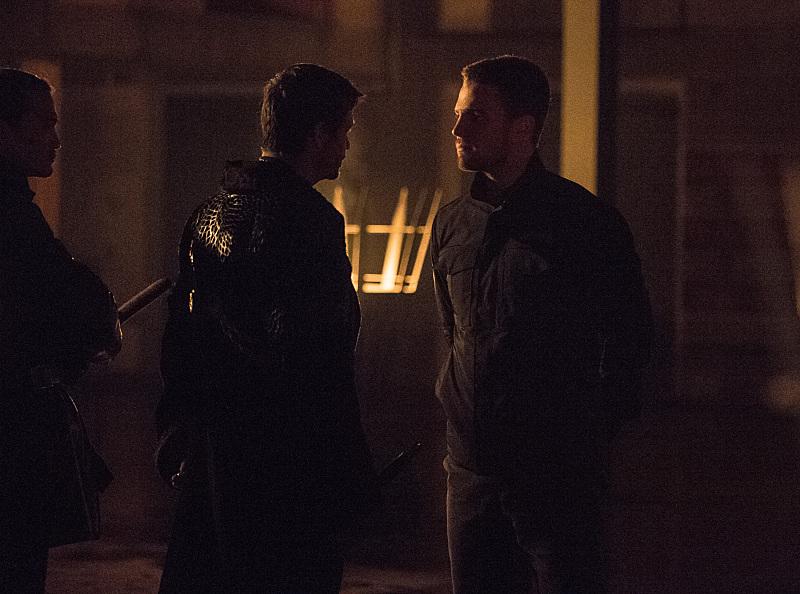 Arrow: Matt Nable e Stephen Amell nella puntata The Climb