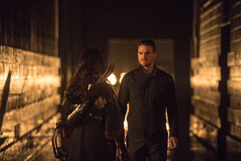 Arrow: Stephen Amell e Katrina Law nella puntata intitolata The Climb