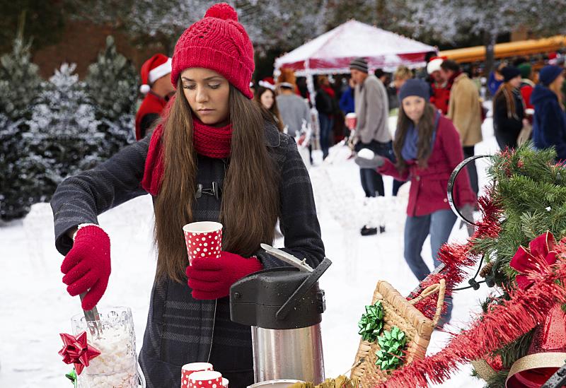 The Vampire Diaries: Nina Dobrev e Kat Graham in Christmas Through Your Eyes