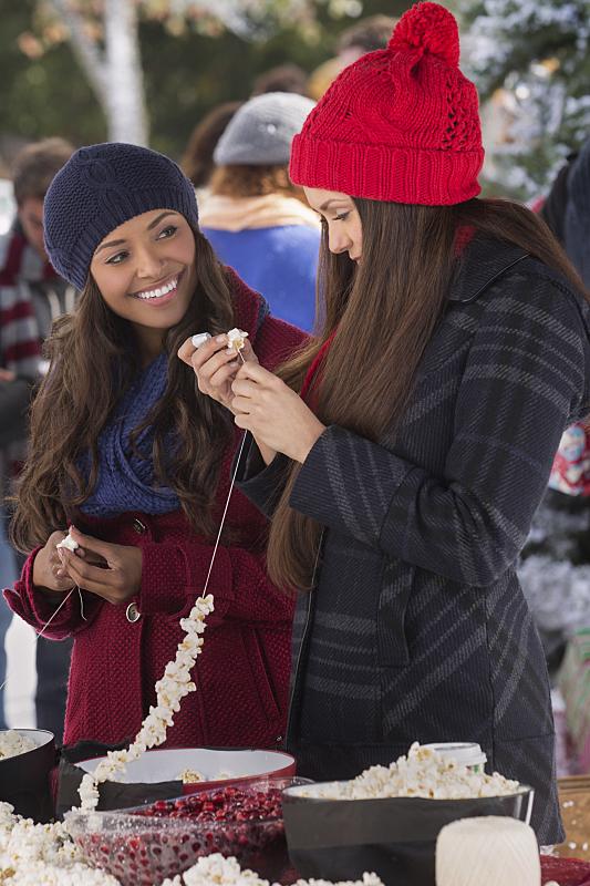 The Vampire Diaries: le attrici Kat Graham e Nina Dobrev in Christmas Through Your Eyes