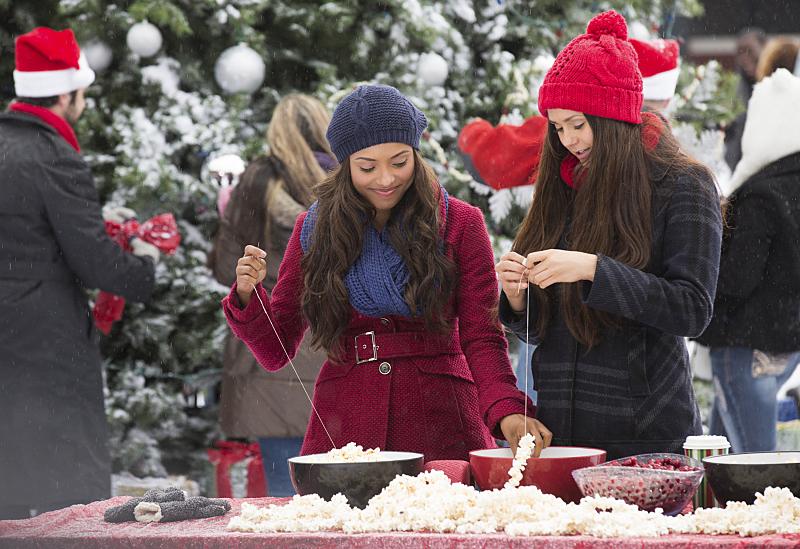 The Vampire Diaries: Katerina Graham e Nina Dobrev in Christmas Through Your Eyes