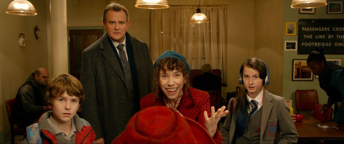 Paddington: l'orsetto Paddington familiarizza con i Brown in una scena del film