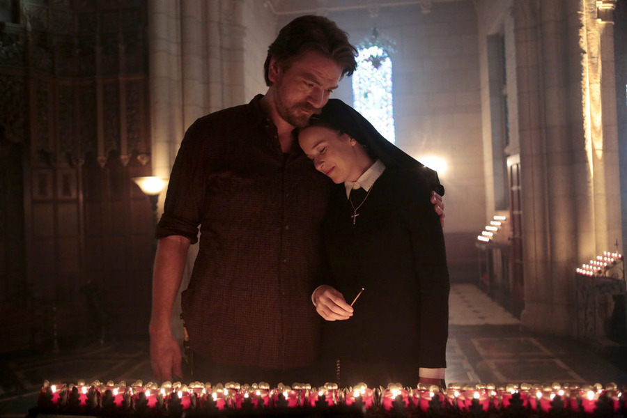 Constantine: Charles Halford e Claire van der Boom in una scena di The Saint of Last Resorts (1)