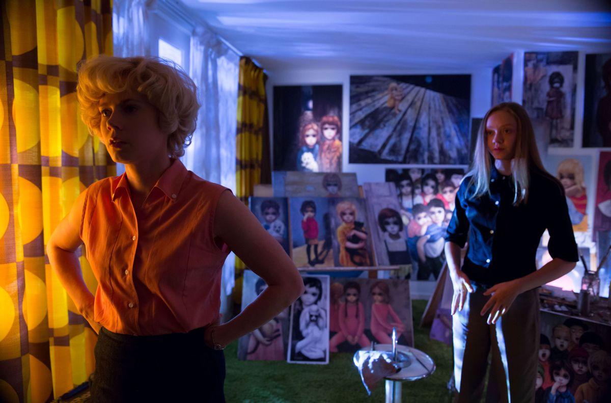 Big Eyes: Amy Adams con Madeleine Arthur in una scena del film