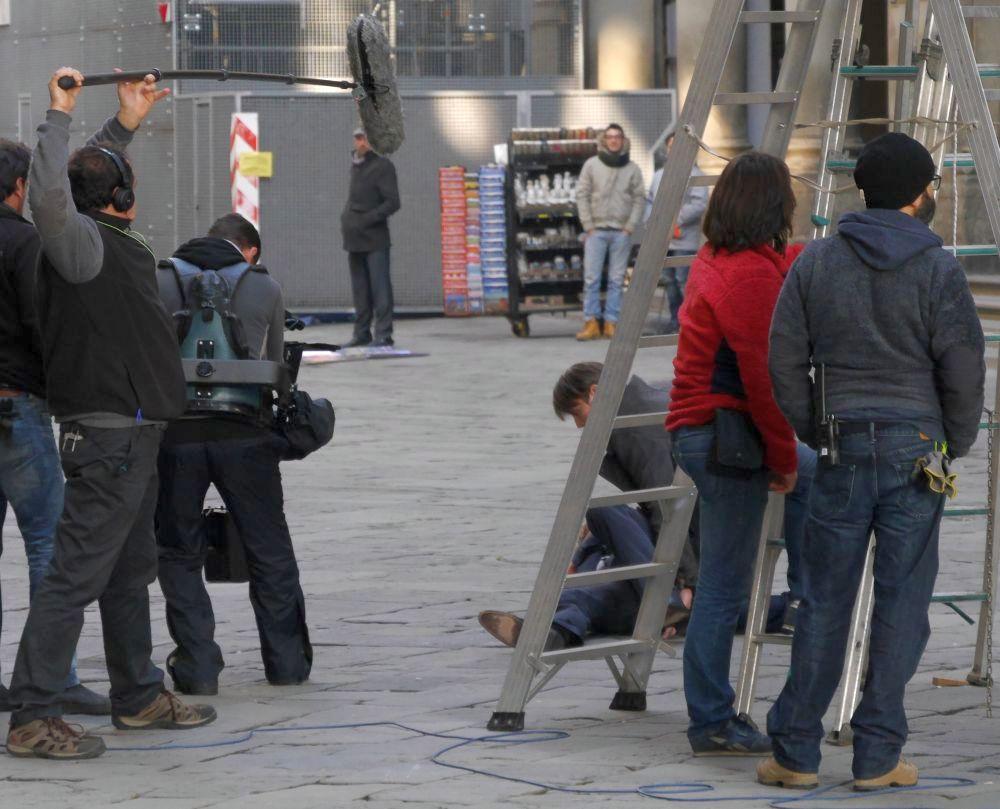 Hannibal: Mads Mikkelsen soccorre Hugh Dancy a terra davanti gli Uffizi