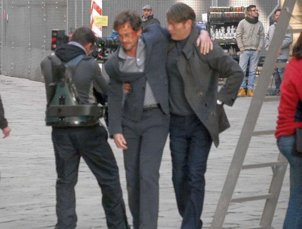 Hannibal: Mads Mikkelsen sorregge Hugh Dancy davanti gli Uffizi