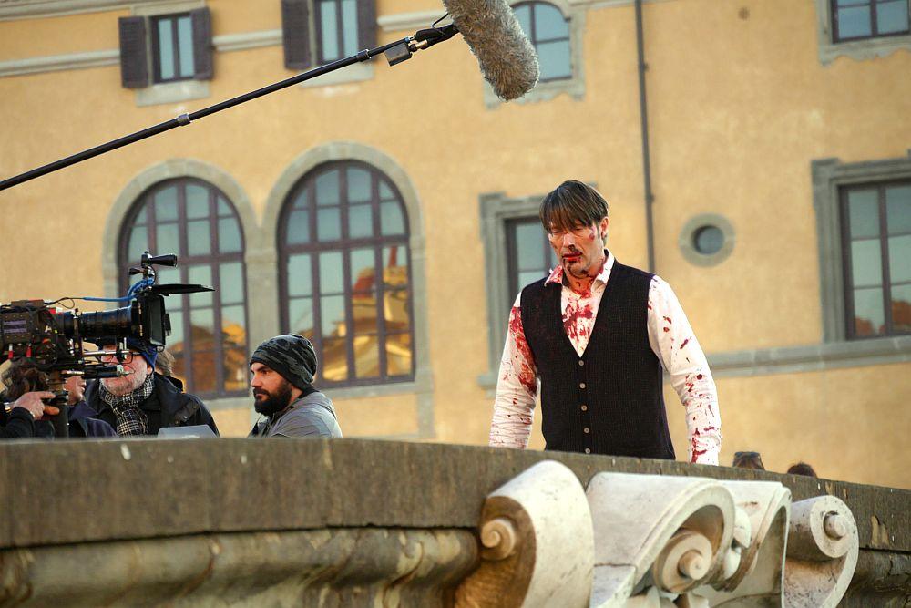 Hannibal: Mads Mikkelsen insanguinato a Firenze su Ponte Santa Trinita