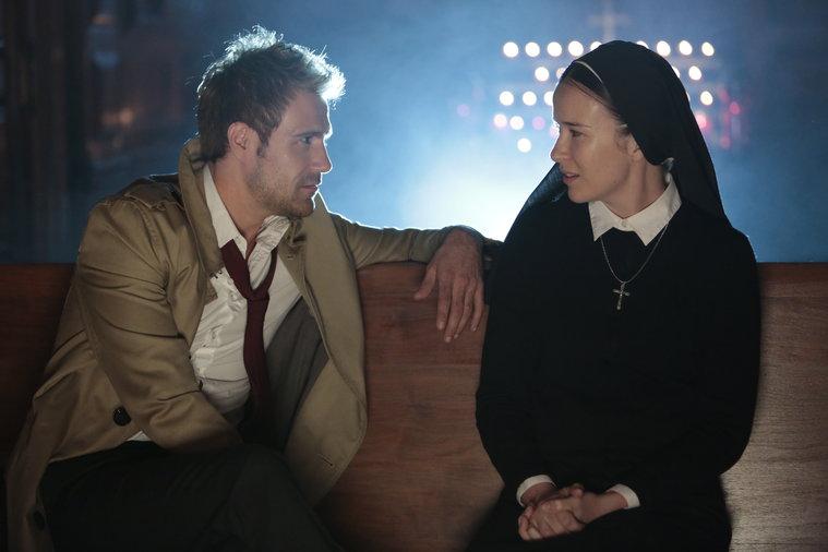 Constantine: Matt Ryan e Claire van der Boom in una scena dell'episodio The Saint of Last Resorts (2)