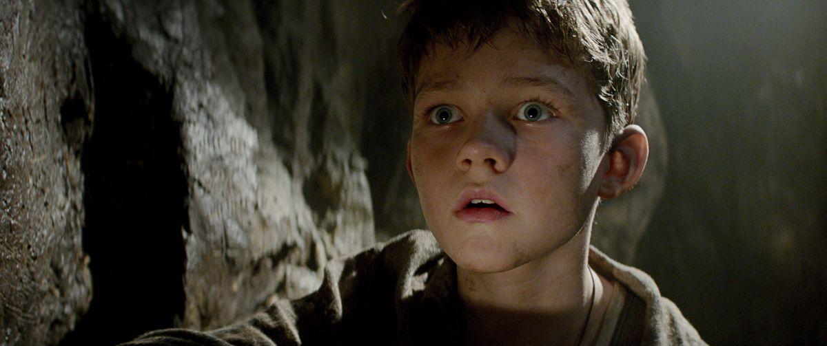 Pan: il piccolo Levi Miller in una scena del film nei panni di Peter Pan