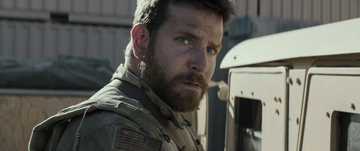 American Sniper: Bradley Cooper nei panni del Navy Seal Chris Kyle in una scena del film