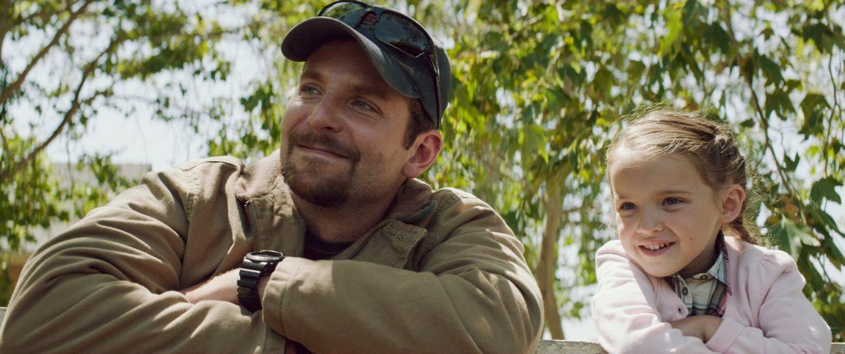 American Sniper: Bradley Cooper con la piccola Madeleine McGraw in una scena